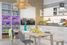 Freundliche Familienküche mit Essplatz und beleuchtetem Pflanzenregal