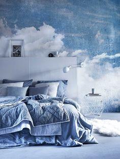 Blauwe slaapkamer met wolken behang | Blue bedroom with clouds wallpaper | Bron: vtwonen 5 2016 | Fotografie Alexander van Berge | Styling Cleo Scheulderman