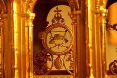 Relique de Ste-THERESE de Lisieux (1873-1897). Béatifiée en 1923. Canonisée en 1925. Une vertèbre cervicale suspendue par une chaîne à un médaillon crucifère. En l'Église Saint-Louis de Brest