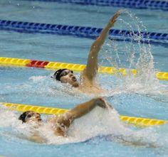 <日本選手権 男子400メートル個人メドレー決勝>背泳ぎで瀬戸(手前)を引き離す萩野