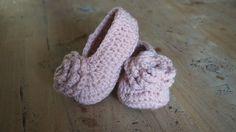 Gehaakte ballerina's met een schattig roosje - Patroon vind je op www.designdoos.nl