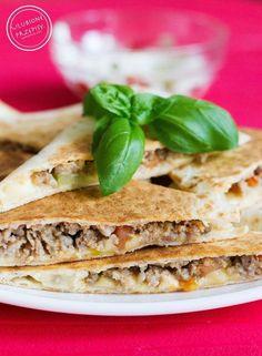 Quesadillas jest daniem kuchni meksykańskiej – tortille kukurydziane z rozpuszczonym, żółtym serem pomiędzy. Dzisiaj przedstawiam Wam przepis na Quesadillas w wersji z mięsem mielonym i warzy…