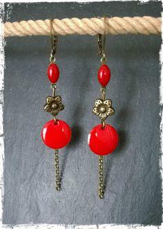 Charmante paire de boucles d'oreilles pendantes à fermoir type dormeuse , composée d'une petite navette et d'un sequin rouge émaillé, relié par une fleur de laiton, à laquell - 10039967