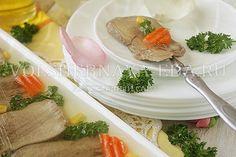Приготовленное из говяжьего языка заливное превратит любую трапезу в праздничную.