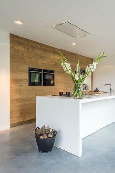 Houten keuken met it kookeiland en ontbijtbar. Keuken van ruw eikenhout via JP Walker #keuken #kookeiland #houtenkeuken