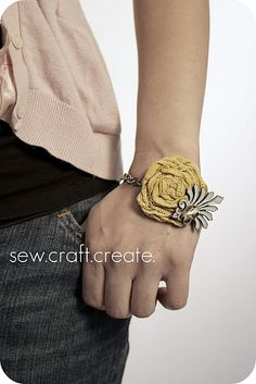 DIY Jewelry that are fun things to make as home made presents. These DIY Jewelry tutorials include pictured instructions on how to make earrings, necklaces… Do It Yourself Jewelry, Do It Yourself Fashion, Fabric Rosette, Rosettes, Scrap Fabric, Diy Flowers, Fabric Flowers, Ribbon Flower, Flower Crafts