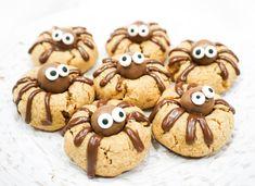 Dom här kakorna är så galet söta så de är nästan ett måste på halloween. Sen skadar det ju inte att de är superdupergoda. Jag gjorde mina med jordnötssmör men längst ner hittar ni ett alternativt recept för dem som inte tål nötter. Alla har rätt till söta spindelkakor på Halloween 😉 Jordnötskakor (24 st):… Läs mer Söta spindelkakor Halloween Snacks, Halloween Diy, Lollipop Candy, Candy Cookies, Fika, Gingerbread Cookies, Bakery, Good Food, Goodies