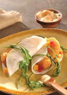 """""""Tacos de jícama con camarón empanizado""""! Ingredientes: ·1/2 kg de camarones medianos, pelados y desvenados ·2 tazas de mango picado en cubos pequeños ·1/2 taza de cebolla morada picada finamente ·2 jitomates sin semillas y picados ·1/2 taza de chamoy líquido ·1 cdta. de chile en polvo ·El jugo de 2 limones ·1 jícama rebanada lo más delgada posible ·2 tazas de pan molido ·1 taza de harina ·3 huevos ·1 taza de mayonesa ·Aceite vegetal suficiente para freír. Preparación: 1. En un tazón…"""