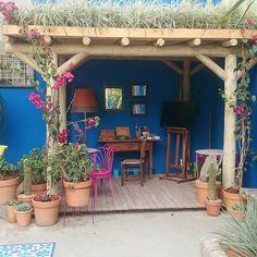 """""""Damos bom dia a você com esta vibrante paleta inspirada na da artista mexicana Frida Khalo. O jardim de Paula Bergamin compõe os 43 ambientes da Casa Cor…"""""""