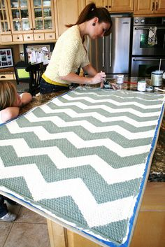Make a plain rug into a chevron rug~ DYI The House of Smiths