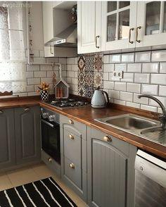 Yeni mutfağının her detayını özenle seçip, tam da zevkine uygun bir mutfak tasarlamış Deniz hanım. Rustik esintilerin hissedildiği bu çiftlik evi stil mutfakta gri ve beyaz iki renkli kapaklar, ev sah...