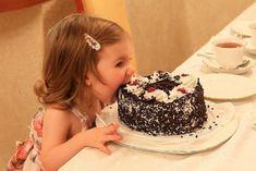 Mi mamá me prohibió tocar el pastel con las manos. ¡Pero no mencionó nada sobre mis dientes!