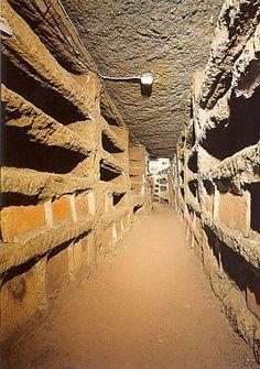 Galería con sepulturas. Catacumba de Santa Priscila, Roma. En las catacumbas se excavan estrechas y altas galerías (ambulacra), en sus paredes se abren longitudinalmente cavidades rectangulares (loculi) que se cerraban con mármol o ladrillo. -2.