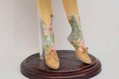 Дорогие друзья!Приглашаю вас на мастеркласс по изготовлению обуви для куколки.По вашему желанию и потребности: съёмную и нет,кожаную или из ткани,на каблучке высоком или низком, туфельки или ботиночки.Нам понадобится модель или колодка,тонкая кожа или ткань,острые ножницы, клей момент, нитки и иголка,небольной отрез ситцевой ткани .