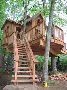 Awesome Tree House Ideas for Your Backyard. Playing in tree houses always fascinating. It is too much fun to build your own tree house when you are a child. Casa Kids, Cool Tree Houses, Tree House Designs, Tree Tops, In The Tree, Design Case, Little Houses, Log Homes, Play Houses
