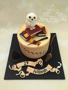This Splendid Harry Potter Birthday Cake was made by Mardie Makes Cakes. Hedwig is on the top of the cake. Harry Potter Theme Cake, Harry Potter Motto Party, Harry Potter Desserts, Gateau Harry Potter, Cumpleaños Harry Potter, Harry Potter Birthday Cake, Harry Potter Wedding, 27th Birthday Cake, Happy Birthday