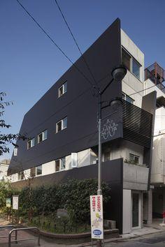 目黒区学芸大学にある店舗併用のデザイン住宅の作品事例です。細い間口の敷地形状ですが、RC鉄筋コンクリート造で地下室のあるとても使いやすいプランニングができました。 Multi Story Building
