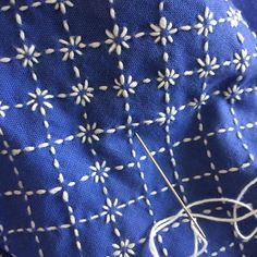First steps for Sashiko. Sashiko tutorial on blue and white. Hand Embroidery Stitches, Silk Ribbon Embroidery, Crewel Embroidery, Hand Embroidery Designs, Embroidery Techniques, Embroidered Silk, Embroidery Scissors, Machine Embroidery, Shashiko Embroidery