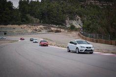 Das Fahren auf der Ideallinie will gelernt sein. Ein professioneller Fahrer machte es vor. #SEAT