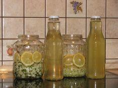 Akácszörp - Hozzávalók: akácvirág, 1 db citrom, 1 kg kristálycukor, 1 l víz, egy nagy befottesuveg Hungarian Recipes, Jelly, Mason Jars, Smoothie, Food And Drink, Canning, Drinks, Bottle, How To Make