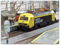 Maqueta estación con marquesina. Escala H0.  Locomotora eléctrica 252.029 RENFE. Escala H0.