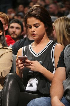 Attending the San Antonio Spurs vs Los Angeles Lakers basketball game in San Antonio, Texas - February 6 - - A Part of SelGomez-News - Selena Gomez Style Selena Gomez Fashion, Selena Gomez Fotos, Selena Gomez Outfits, Selena Selena, Selena Gomez Style, Selena Gomez Makeup, Chloe Grace Moretz, Clara Berry, Vaquera Sexy