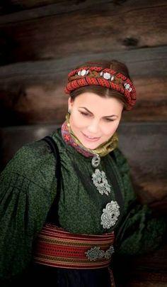 bunad og folkedrakt - Yahoo Image Search Results Folk Clothing, Bridal Crown, Everyday Dresses, Folk Costume, Headgear, Traditional Dresses, Girls Out, Vintage Photos, Hair Clips