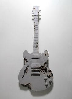 Daniel Arsham, Glacial Rock Eroded Hollow Guitar, Poussière de roche glacière, fragments de marbre, hydrostone, 106,5x38x7,5 cm, 2014 © Courtesy Galerie Perrotin