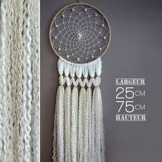 Un attrape rêves romantique et chaleureux, écru, beige et blanc, avec des perles en bois de hêtre et des perles nacrées.