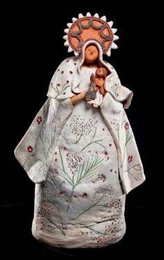 """""""Virgen"""" creada por la colombiana Rosa María Jerez en el año 2007, con barro modelado, alisado con pastillaje y policromado con tierras."""