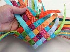 Woven Fabric Baskets - Basket Weaving with scraps. What a great way to use up leftover fabric. Basket Weaving with scraps. Cute by itself, might buy fabric just to do this, just sew the ends to finish it off. Are your fabric scraps out of control? Quilting Tips, Quilting Tutorials, Quilting Projects, Sewing Tutorials, Bag Tutorials, Scrap Fabric Projects, Fabric Scraps, Sewing Projects, Diy Quilt