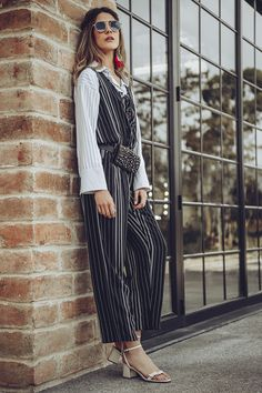 Overol, jumpsuit o enterizo estampado a rayas con cintura resortada, bolsillos laterales, sin mangas y detalle acordonado en escote. Disponible azul y negro. Poses, Duster Coat, Jackets, Dresses, Fashion, Vestidos, Stripes, Blue, Black