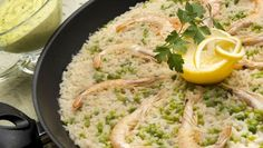 Karlos Arguiñano prepara un plato de arroz con langostinos, guisantes y alioli casero de perejil.