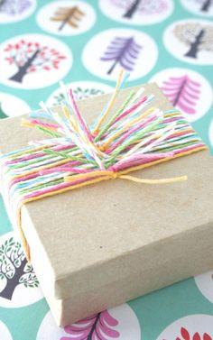 Оригинальная упаковка подарка своими руками готова. К тому же она еще и уникальная, в единственном экземпляре. Совместное творчество родителей с детьми