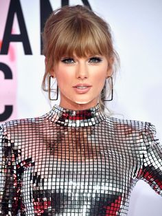 Full fringe hairstyles: Taylor Swift Considering venturing into the world of fringes? Check out all of the best full-fringe hairstyles from celebrities and fashion girls with expert advice. Taylor Swift Hot, Taylor Swift Hair Color, Taylor Swift Facts, Red Taylor, Long Face Shapes, Long Faces, Full Fringe Hairstyles, Cool Hairstyles, Metallic Formal Dresses