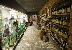 Es una tienda de vinos y destilados con más de 800 metros cuadrados de exposición-museo de destilados antiguos en la que el dueño, un ruso romántico, si acaso eso fuera posible, o más bien un ruso …