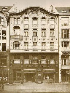 """Leipziger Straße 25.. Weinhaus Kempinski.. In der Leipziger Straße 25 wurde im Juli 1889 in einem viergeschossigen Haus ein Restaurant mit mehreren Sälen eröffnet.. das seinerzeit das größte in Berlin war.. Alle Schichten gingen hier ein und aus, weil Kempinski die Idee der """"Sozialisierung des Luxus"""" verfolgte. Es gab halbe Portionen zum halben Preis.. An manchen Tagen zählte man bis zu 10.000 Gäste"""