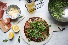 Our friend Nicole Modic, AKA Kale Junkie, helped us create this delicious prosciutto and arugula pizza. Layered on top of our cauliflower pizza crust, it's a low-carb meal you can feel good about adding to the weekly lineup! Califlour Recipes, Pizza Recipes, Low Carb Recipes, Prosciutto Pizza, Arugula Pizza, Pizza Style, Cauliflower Crust Pizza, Palak Paneer, Lineup