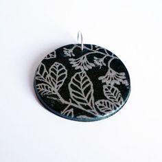 Pendentif vert avec motifs fleuris argentés