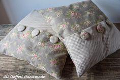 Coppia di cuscini coordinati,in stile shabby chic-country chic, per il divano, realizzati su commissione con tessuti Modafabrics, molto graziosi anche come idea regalo. Personalizzabili. Misure: 4…