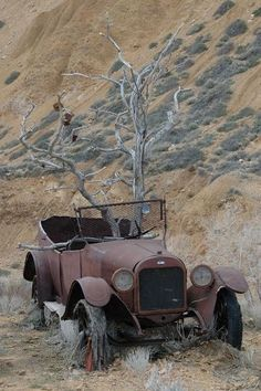 Old Cars And Trucks Vintage Autos Super Ideas Abandoned Buildings, Abandoned Houses, Abandoned Places, Abandoned Vehicles, Abandoned Castles, Haunted Places, Abandoned Mansions, Vintage Cars, Antique Cars
