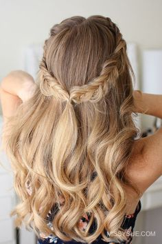 Zopfkranz selber flechten wellige dunkelblonde haare locker fallend schicke frisur fr jeden tag frisuren ideen frauen braided hairstyles with tutorials Braids For Short Hair, Curly Hair Men, Curled Hair With Braid, Chic Hairstyles, Braided Hairstyles, Wedding Hairstyles, Hairstyle Ideas, Hairstyle Men, French Hairstyles