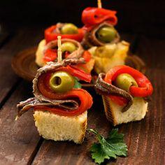 Tapa española de tortilla de patatas, anchoas, pimientos rojos y aceitunas ❤❤