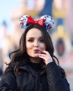 """Larissa Manoela on Instagram  """"Eu sou apaixonada pela Disney em qualquer  lugar do mundo 🌎 Conhecendo hoje Disneyland Paris 💗 Tons da produção de  hoje ... dc9e621b8b"""