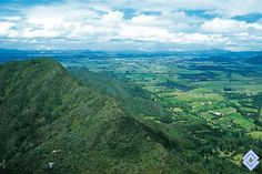 .::: Banco de Occidente :::. Valle de Tenjo; en primer plano, cerros aislados de poca altura, cubiertos por matorrales y bosques andinos.