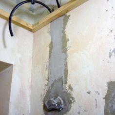 6/15 Tiiliseiniin roilottujen sähkö- ja putkivetojen suojaputket ja rasiat tasoitettiin yli jotta ne saataisiin vesieristettyjen pintojen alle siististi piiloon. Entisen käytävän katto madallettiin koolauksella jotta sen alle mahtuisi sekä ilmanvaihdon (koneellinen poisto sekä kylpyhuoneesta että keittiöstä) että sähköjen putkivedot. Koska rakennuksen käyttötarkoitus muuttui tarkoitti se että korjauksissa ja rakennuslupasioissa oli pakko mennä uudisrakentamisen kriteereillä. Näin osittain…