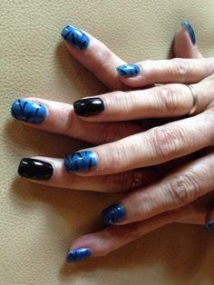 Blauwe en zwarte gellak over acrylnagels