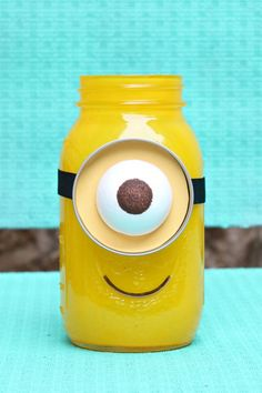 Learn how to make a Minion Mason Jar for gift giving. The full tutorial includes a round up to over 25 mason jar gift ideas! Learn how to make a Minion Mason Jar for gift giving. The full tutorial includes a round up to over 25 mason jar gift ideas! Mason Jars, Pot Mason, Mason Jar Gifts, Canning Jars, Bottles And Jars, Jar Crafts, Bottle Crafts, Gift Crafts, Minion Craft