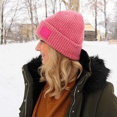 Der Schnee ist zurück wenn es auch nicht danach aussieht als ob er bleiben würde  Auf jeden Fall freuen wir uns freuen wenn wir weiße Weihnachten hätten. Oder zumindest ein weißes Wochenende  Zum Baum kaufen sind wir übrigens auch moch nicht gekommen. Ich hoffe morgen oder Samstag Knitted Hats, Winter Hats, Knitting, Instagram, Fashion, White Christmas, Snow, Acre, Tree Structure