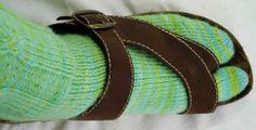 Split Toe Sock pattern :: I can wear flip-flops in winter at home!! PDF